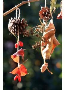 Mobile d'automne avec des feuilles et des pommes de pin
