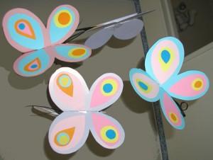 """Un mobile """"papillons"""" glâné sur tête à modeler"""
